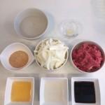 1.材料 左上から水(1 カップ)、生姜少し、てん菜糖(砂糖)大さじ2~3、玉葱(好きなだけ)、牛肉(油は少ない方がいいかな)、みりん(50ml)、酒(50ml)、醤油(60ml)