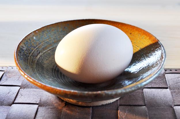 「卵かけ御飯」北坂養鶏場のたまごを、土鍋で炊いた白飯にかけて食べる|淡路島レシピ