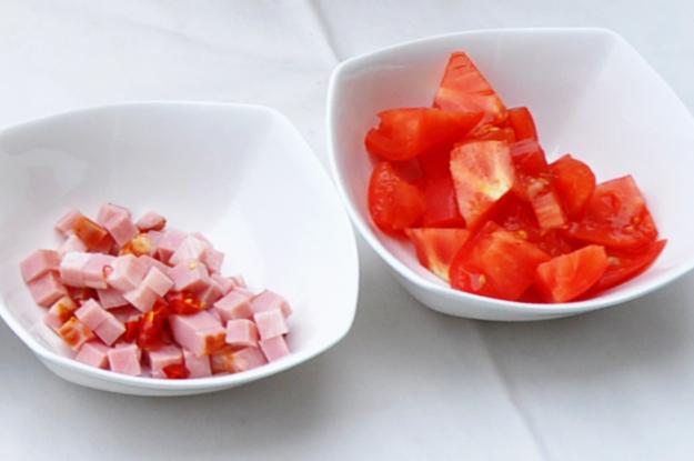 「七輪レシピ」パンにも、ビールやワインのアテにもピッタリ!「にんにく香るごろごろベーコンのピリ辛トマト煮」