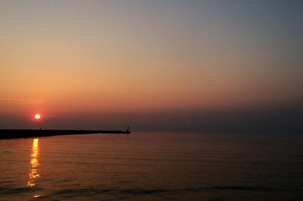 「わぁ〜綺麗♡」「来て来てこっちの方がもっと綺麗に撮れるよ♡」淡路島の夕暮れ時に散歩していると聞こえてくる言葉