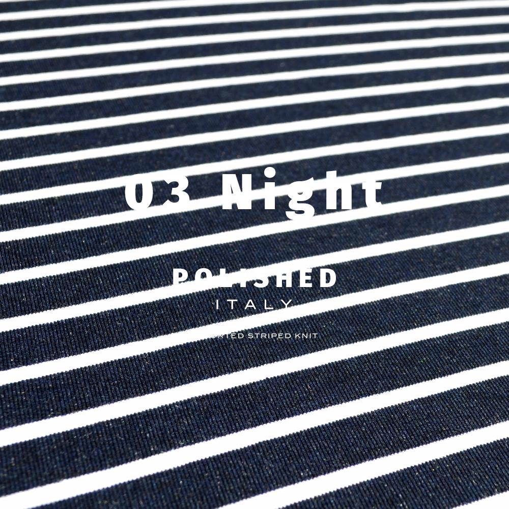 海沿いのカフェに行く!綺麗な発色と、絹のような光沢が特徴の上質なイタリア製生地を使用した「洗練されたイタリア製舶来ボーダーニット」を着て。