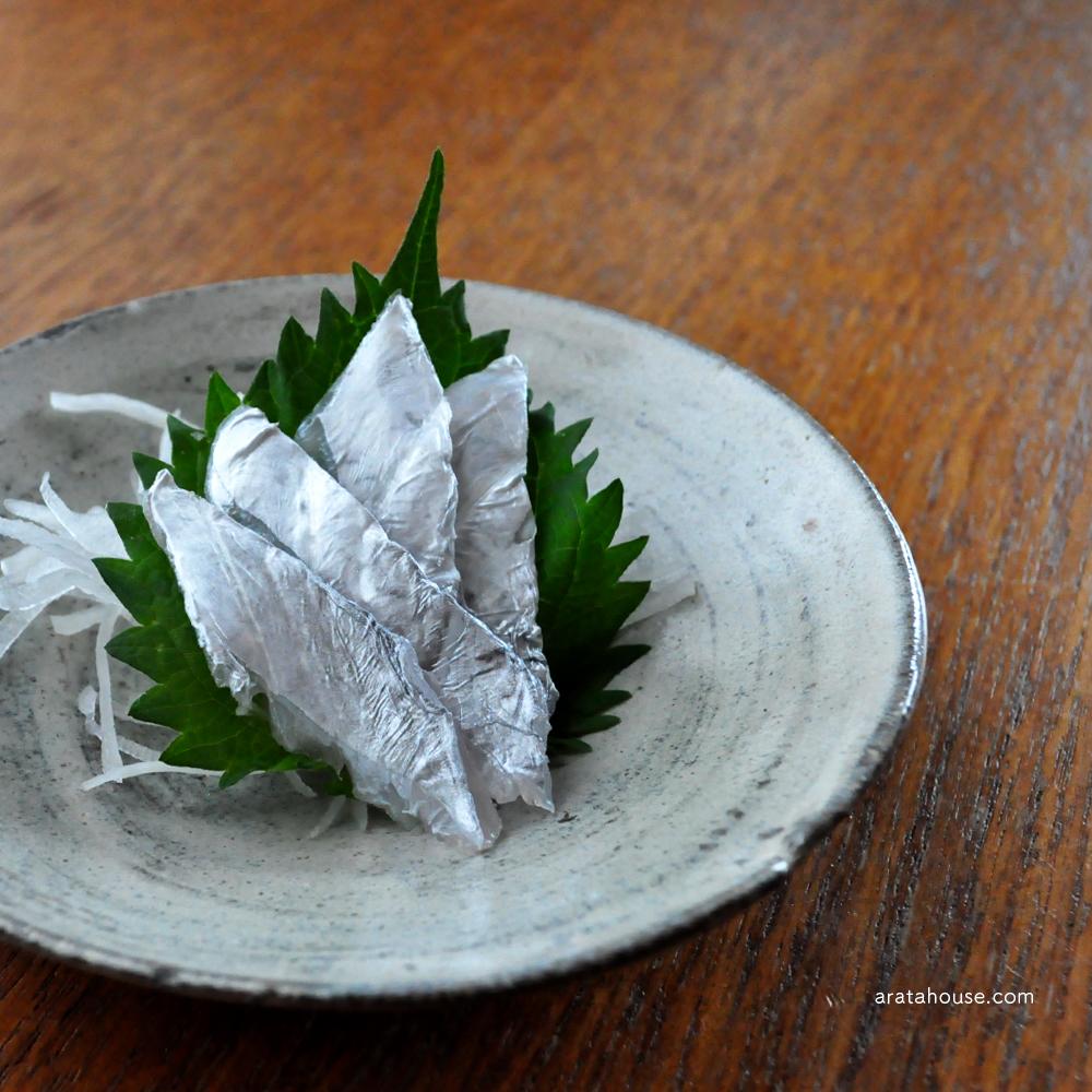 淡路島の漁師(隣の爺さん)が釣った新鮮な太刀魚。刺身、酢漬け、炙り、寿司を熱燗とともに。