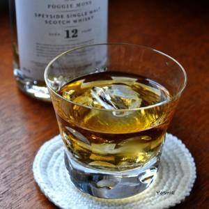 静かな時間をウイスキーを片手に、でもグラスの雫が気になる。
